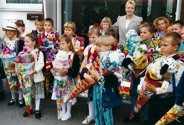 """Mỗi học sinh được phát một """"túi đường"""" trong ngày đầu tiên đến trường"""