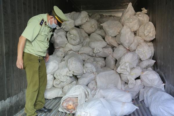 Hơn 16 tấn thịt gia cầm bốc mùi trong kho đông lạnh ở Bình Phước