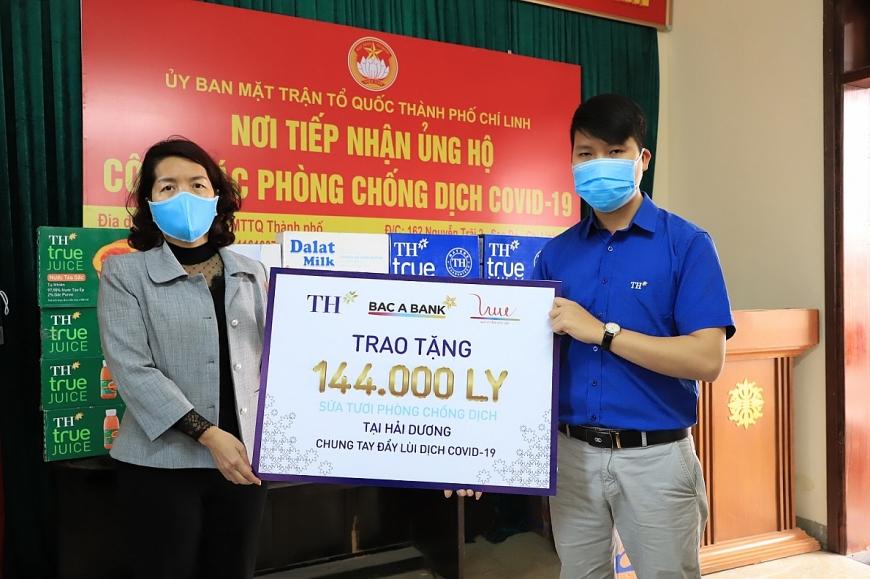 Bà Vũ Thị Hiên, Chủ tịch Mặt trận Tổ quốc thành phố Chí Linh, tỉnh Hải Dương đại diện nhận món quà hỗ trợ từ Tập đoàn TH.