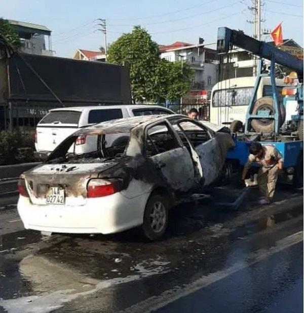 """Toyota Vios tự bốc cháy, luật sư """"mổ xẻ ông lớn"""""""