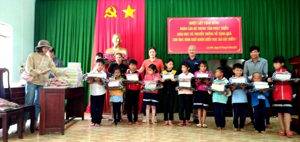 Quỹ Khuyến học Nhà giáo ưu tú Trần Chút tặng quà học sinh vượt khó hiếu học tỉnh Bình Phước