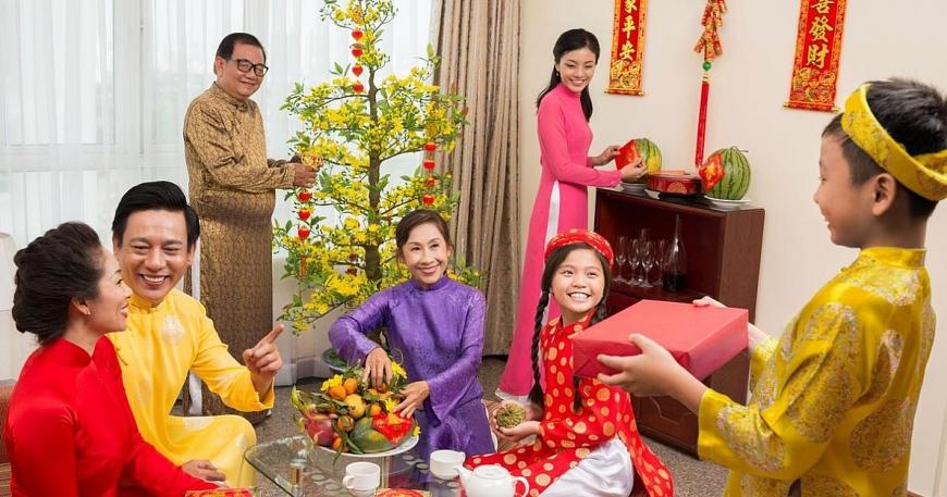 Từ một nét đẹp trong ngày Tết của người Việt, tặng quà dần tạo ra một áp lực vô hình với nhiều người. Ảnh minh họa