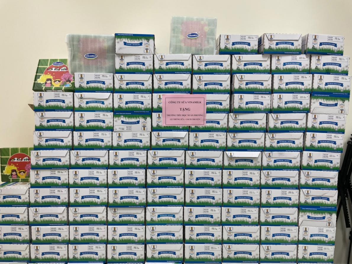 Ngoài sữa, Vinamilk đã gửi tặng thêm nhiều hộp quà tết dành cho thiếu nhi gồm sách, đồ chơi trí tuệ… với chủ đề tết, mùa xuân