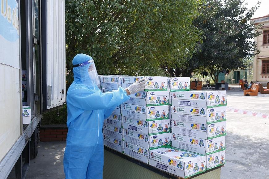 Các nhân viên của Vinamilk đã cố gắng để kịp thời mang sữa và niềm vui đến với các em nhỏ trong điều kiện phòng dịch nghiêm ngặt tại các điểm cách ly