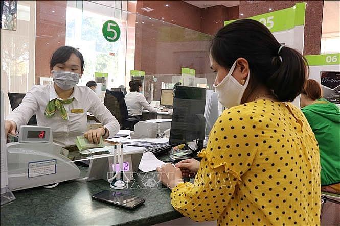 Khách hàng giao dịch tại Ngân hàng Vietcombank chi nhánh Bắc Ninh.  Ảnh TTXVN