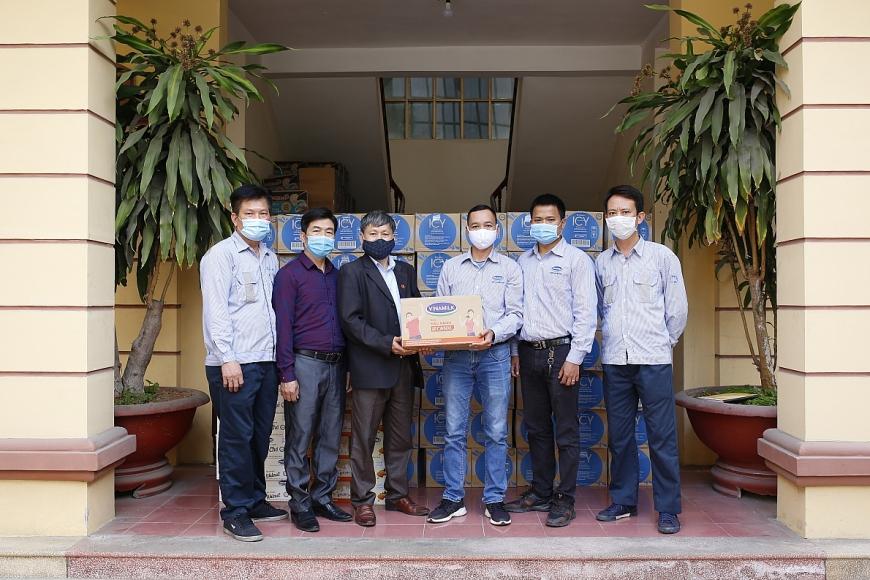 Đại diện Mặt Trận Tổ Quốc tỉnh Hải Dương nhận các sản phẩm sữa, nước uống được trao tặng từ công ty Vinamilk