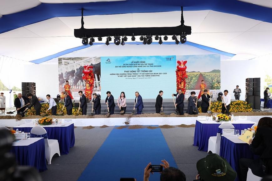 Phó Thủ tướng Thường trực Trương Hòa Bình cùng các vị quan khách và lãnh đạo tập đoàn TH thực hiện nghi thức khởi công Dự án Chăn nuôi bò sữa tập trung quy mô công nghiệp công nghệ cao tại tỉnh An Giang.