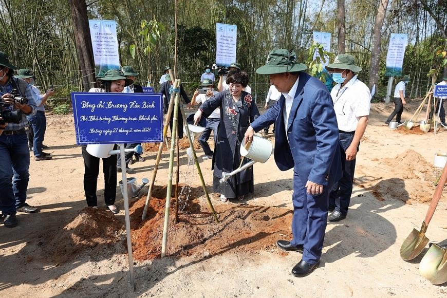 Phó Thủ tướng Thường trực Trương Hòa Bình cùng Nhà sáng lập Tập đoàn TH trồng cây tại khu di tích cách mạng Ô Tà Sóc.
