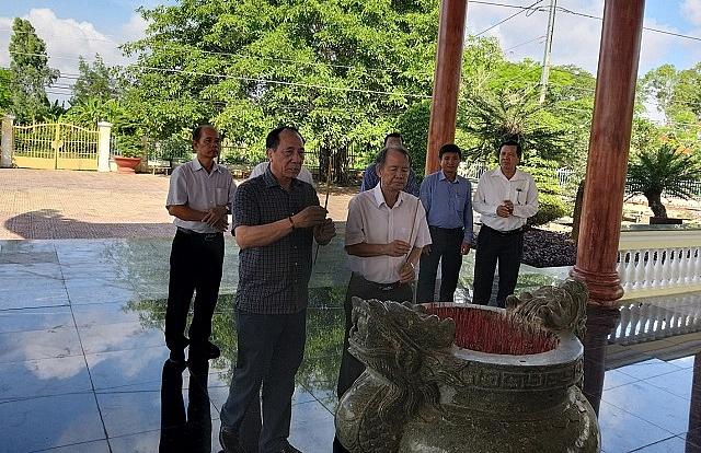 Phó Chủ tịch Nguyễn Hòa Bình cùng lãnh tỉnh Bạc Liêu thắp hương viếng Đền thờ Bác Hồ tại xã Châu Thới, huyện Vĩnh Lợi.