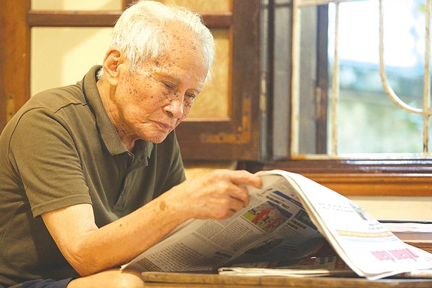 Thói quen hằng ngày được ông duy trì là việc đọc báo, xem tin trên mạng.