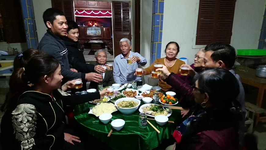 Bắt đầu từ giữa tháng Chạp, nhà nhà ở huyện Minh Hóa nô nức làm mâm cỗ báo hiếu ông bà, cha mẹ