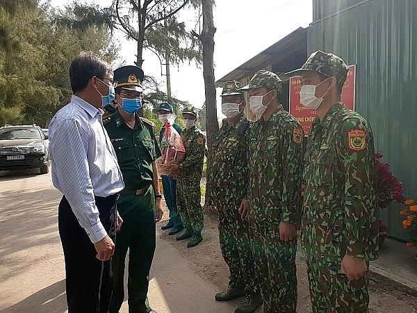 Ông Nguyễn Lưu Trung (bìa trái) thăm hỏi các chiến sĩ thực hiện công tác phòng chống, dịch Covid - 19 tại chốt số 15, Đồn Biên phòng Cửa khẩu Quốc tế Hà Tiên.