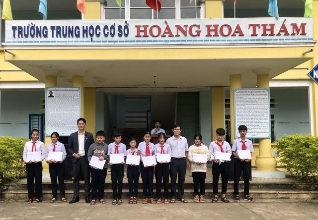Tạp chí Người cao tuổi trao quà cho các em học sinh giỏi có hoàn cảnh đặc biệt khó khăn tại trường THCS Hoàng Hoa Thám