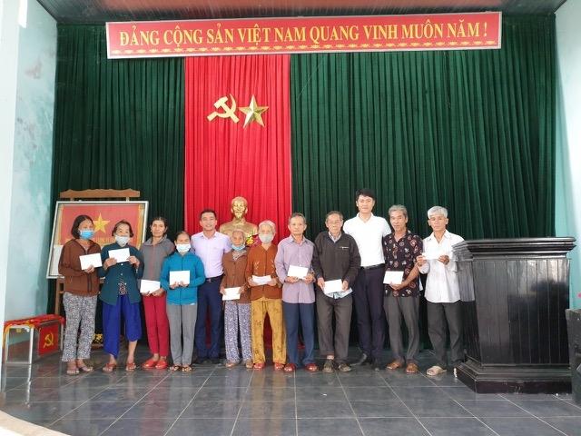 Chủ tịch UBND xã Bình Lãnh cùng Phóng viên Tạp chí Người cao tuổi trao quà chương trình Xuân Yêu Thương 2021