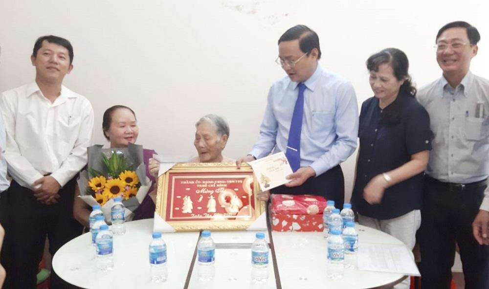 TP Hồ Chí Minh: Thăm tặng quà Tết Tân Sửu 2021 và mừng thọ NCT