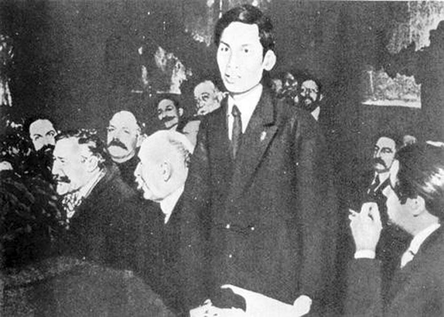 Nguyễn Ái Quốc phát biểu tại Đại hội Đại biểu Đảng Xã hội Pháp lần thứ 18, ủng hộ Luận cương của Lênin về vấn đề dân tộc và thuộc địa.