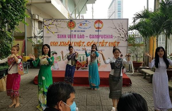 """Sinh viên Lào - Campuchia lần đầu tiên trải nghiệm: """"Vui Xuân Việt - Đón Tết Việt"""""""