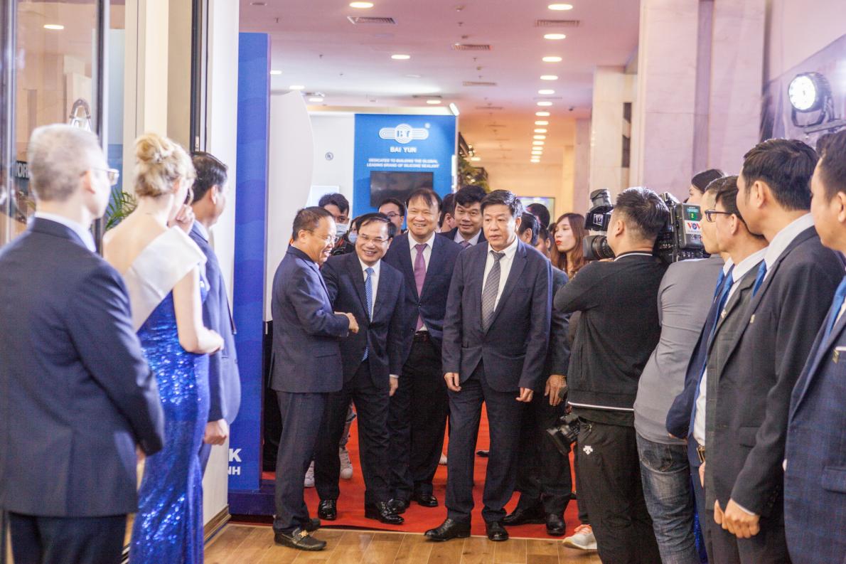 Lãnh đạo Bộ Xây dựng tham quan khu trưng bày sản phẩm của Eurowindow