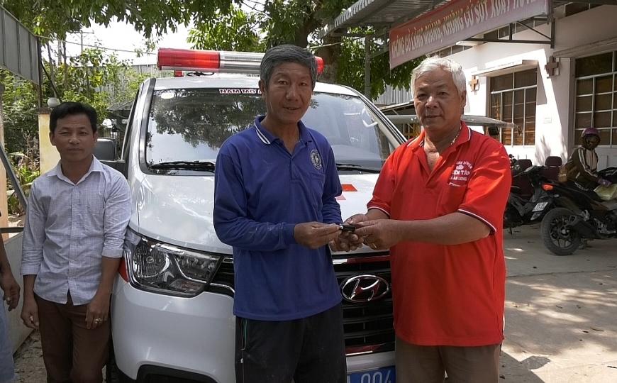 Ông Năm tặng xe ô tô chuyển viện miễn phí cho Hội CTĐ xã An Hòa