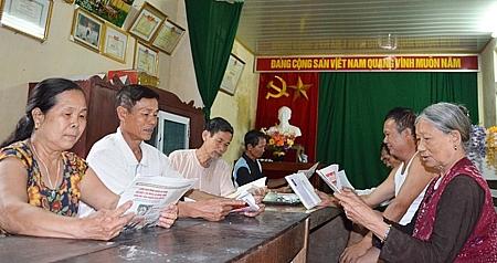 Tr6- Buổi đọc sách, báo, tạp chí của người cao tuổi thôn Tiên Kiều, xã Bãi Sậy, huyên Ân Thi, tỉnh Hưng Yên.