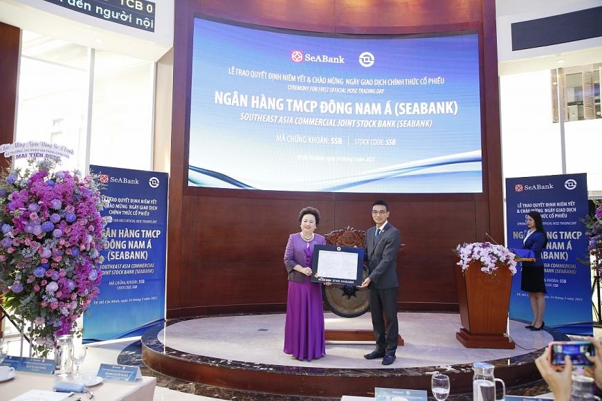 Bà Nguyễn Thị Nga - Phó Chủ tịch thường trực HĐQT SeABank nhận quyết định niêm yết cổ phiếu SSB trên sàn HOSE
