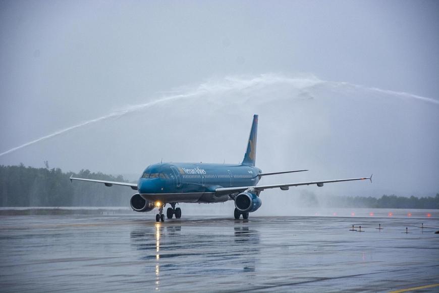 Chuyến bay Vietnam Airline hạ cánh sân bay Vân Đồn chiều 3.3