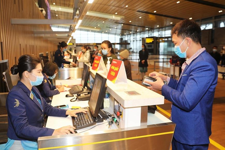 CBNV SB Vân Đồn  tận tình hướng dẫn thủ tục cho hành khách