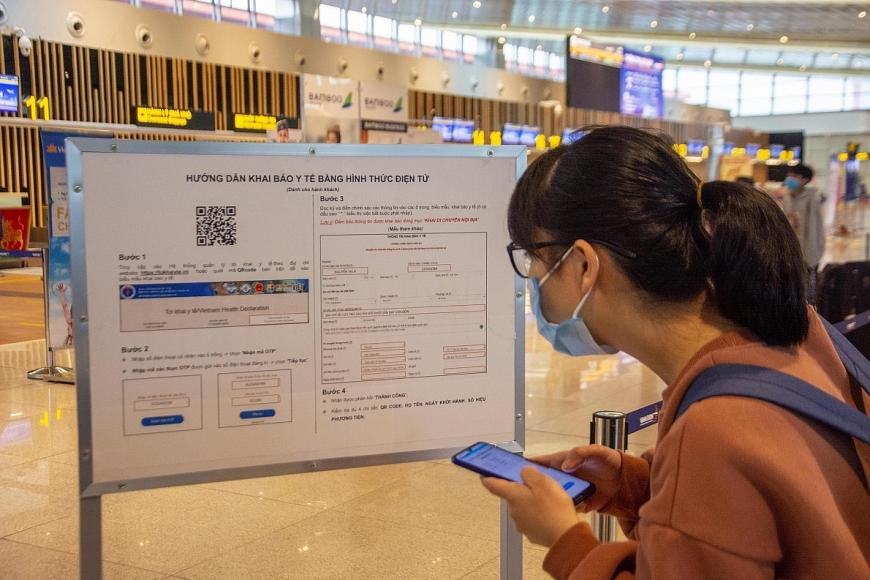 Bảng hướng dẫn hành khách khai báo y tế được đặt tại vị trí dễ nhìn ngay trong nhà ga