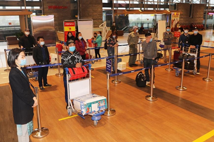 Hành khách tuân thủ giãn cách khi thực hiện check in tại nhà ga sân bay Vân Đồn