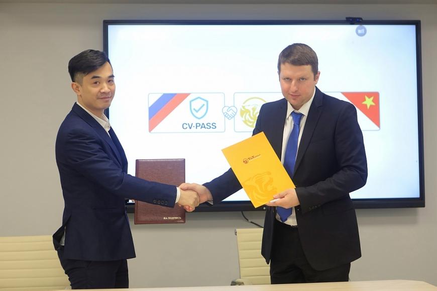 Ông Nguyễn Huy Hùng Việt - Tổng Giám đốc Công ty T&T Nga (trái) và Ông Andrey Kolmogorov - Tổng Giám đốc Công ty CVPASS (phải) ký kết Biên bản ghi nhớ hợp tác. (Ảnh: TTXVN)