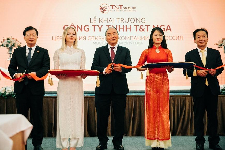 Thủ tướng Chính phủ Nguyễn Xuân Phúc, Phó Thủ tướng Chính phủ Trịnh Đình Dũng cùng Chủ tịch HĐQT kiêm Tổng giám đốc Tập đoàn T&T Group Đỗ Quang Hiển cắt băng khai trương công ty T&T Nga.