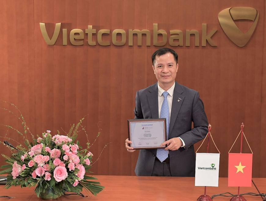 """Đại diện Vietcombank – ông Lê Hoàng Tùng – Kế toán trưởng nhận danh hiệu """"Ngân hàng mạnh nhất dựa trên Bảng tổng kết tài sản"""""""