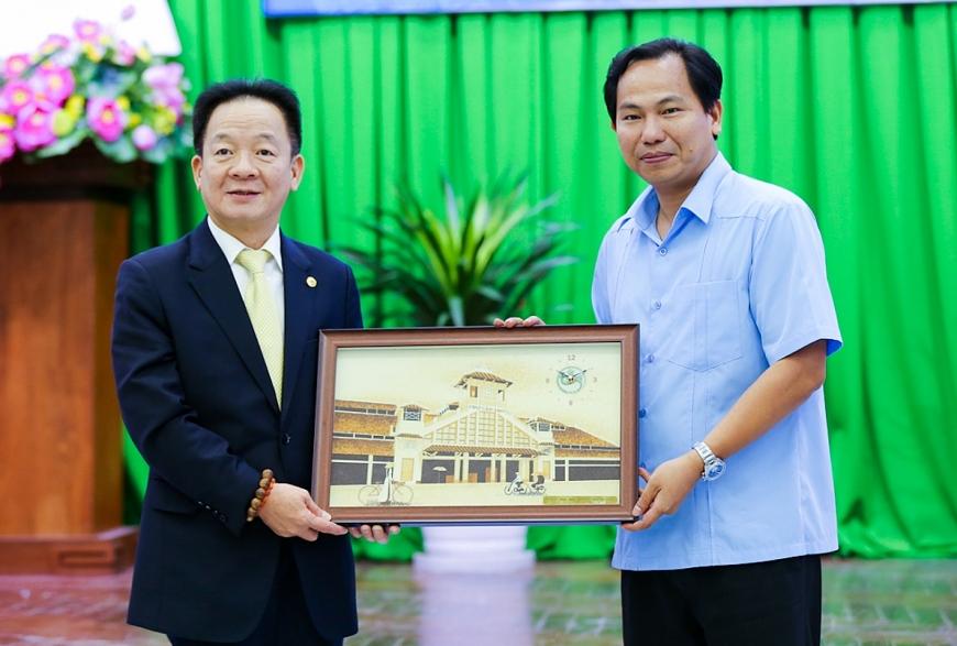 Ông Lê Quang Mạnh, Ủy viên BCH Trung ương Đảng, Bí thư Thành ủy Cần Thơ tặng quà lưu niệm cho ông Đỗ Quang Hiển, Chủ tịch Tập đoàn T&T Group nhân dịp 2 bên ký thỏa thuận hợp tác chiến lược