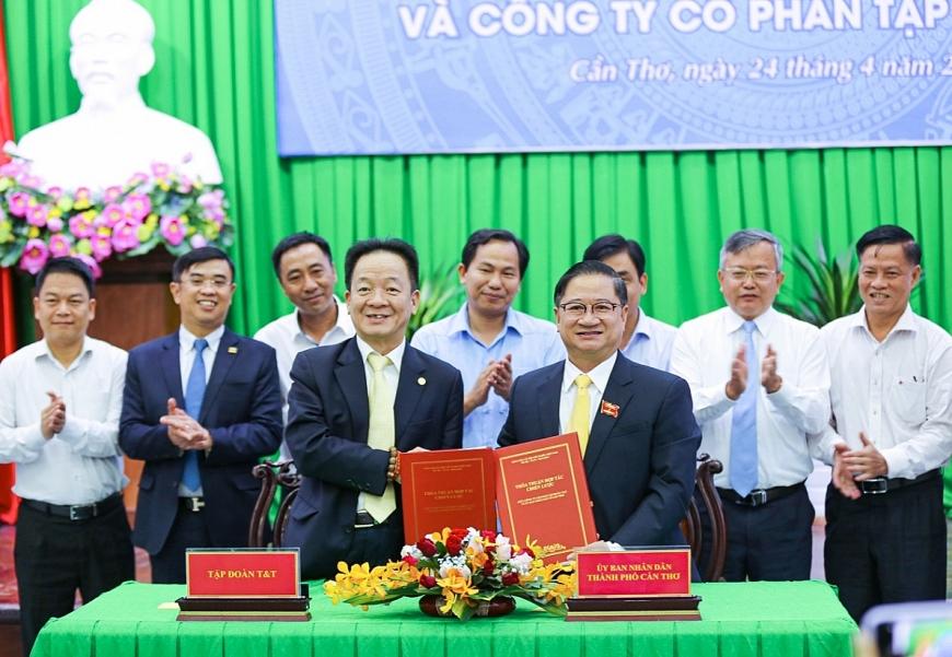 Ông Trần Việt Trường, Chủ tịch UBND TP Cần Thơ (bên phải) và ông Đỗ Quang Hiển, Chủ tịch Tập đoàn T&T Group ký thỏa thuận hợp tác chiến lược.