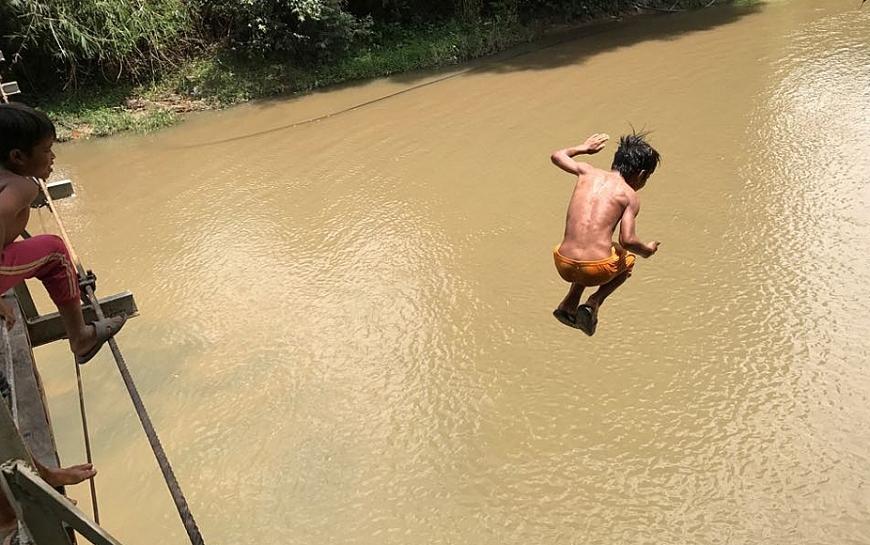 Trẻ em vùng quê thích tắm sông, suối rất nguy hiểm.