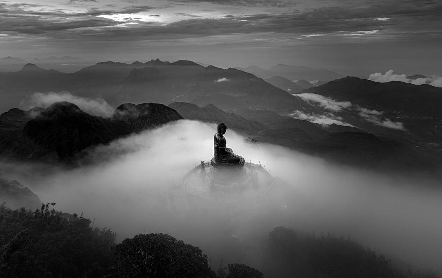 """Bức ảnh """"Tượng phật trên nóc nhà Đông Dương"""" của nhiếp ảnh gia Lê Việt Khánh giành giải 3 Monochrome Awards 2020 hạng mục Professional, thể loại ảnh Kiến trúc"""