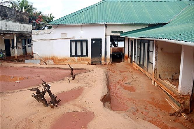 Đất cát từ trên đồi cao thuộc dự án GoldSand Hill Villa đổ tràn vào Trung tâm thể thao biển ManTa tại phường Mũi Né, thành phố Phan Thiết (Bình Thuận). Ảnh: Nguyễn Thanh/TTXVN
