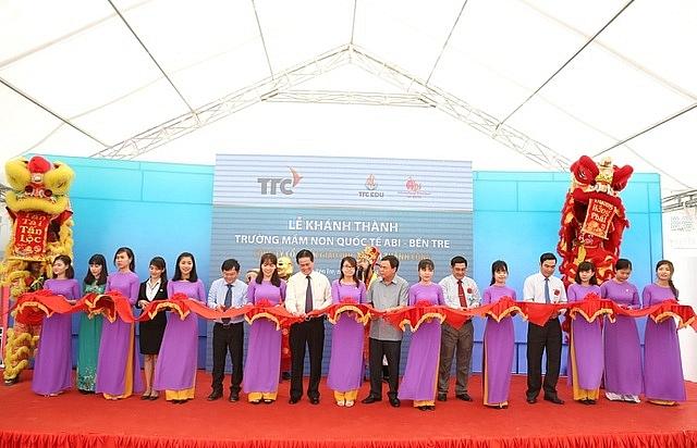 Lãnh đạo Tỉnh Bến Tre cùng Ông Đặng Văn Thành - Chủ tịch Tập đoàn TTC và Lãnh đạo TTC Edu cắt băng khánh thành Trường Mầm non Quốc tế Abi Bến Tre. Ảnh Dân Trí