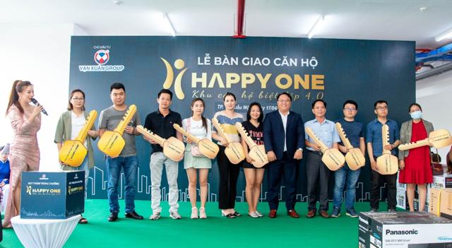 Chủ đầu tư Vạn Xuân Group trao chìa khóa cho cư dân Happy One – Phú Hòa.