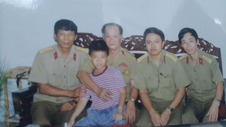1. Thiếu tướng Võ Văn Thời (thứ 2 từ trái sang) gặp gỡ tổ công tác của Cục dân vận - Tuyên trền đặc biệt năm 2001 - Copy