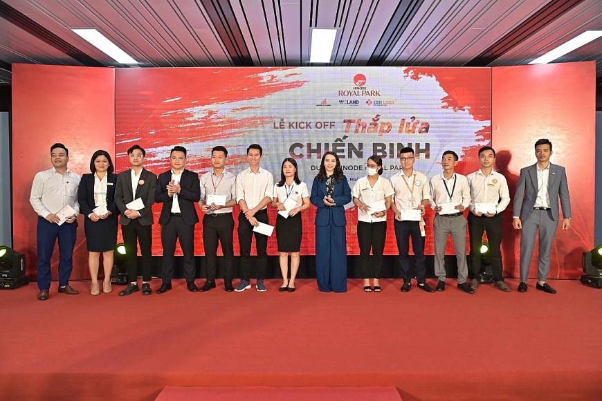 Vinh danh và trao thưởng cho các chuyên viên kinh doanh