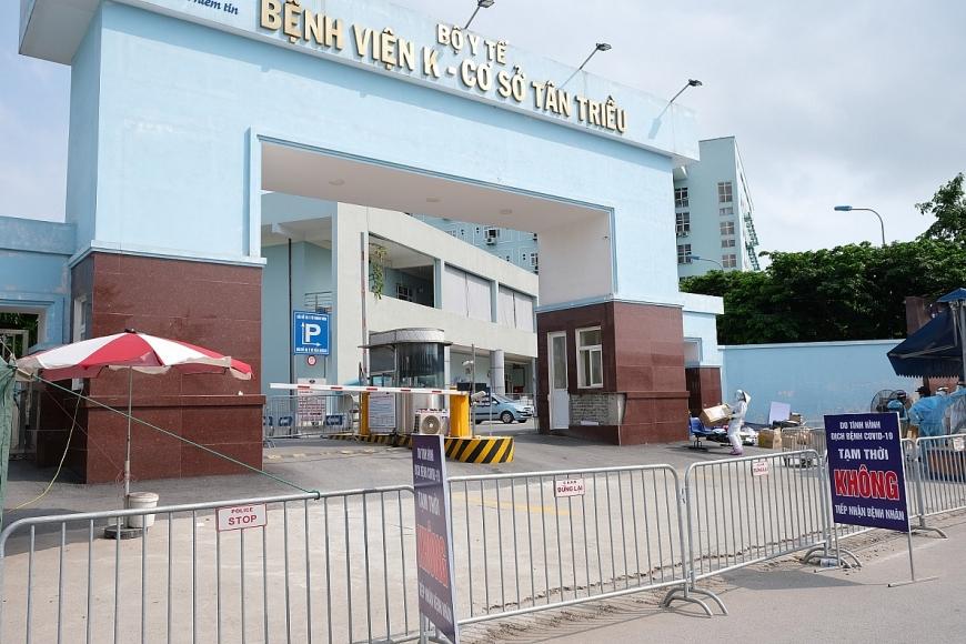 Hàng rào được dựng trước cửa Bệnh viện K Cơ sở 3 tại số 30, đường Cầu Bươu, xã Tân Triều, huyện Thanh Trì, Hà Nội, chiều 18/5.