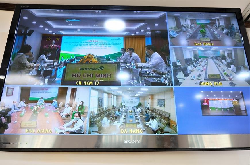 Lễ trao tài trợ kinh phí mua vắc xin phòng COVID-19 cho các tỉnh thành phố được Vietcombank tổ chức trực tuyến tại điểm cầu chính Trụ sở chính và điểm cầu các chi nhánh TP.  Hồ Chí Minh, Đà Nẵng, Bắc Ninh, Bắc Giang và Hưng Yên
