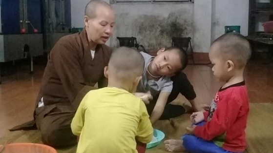 Ni sư nhiều năm đưa trẻ về chùa cưu mang