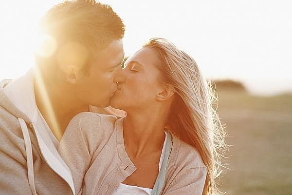 Lợi ích bất ngờ của nụ hôn đối với sức khỏe và sắc đẹp