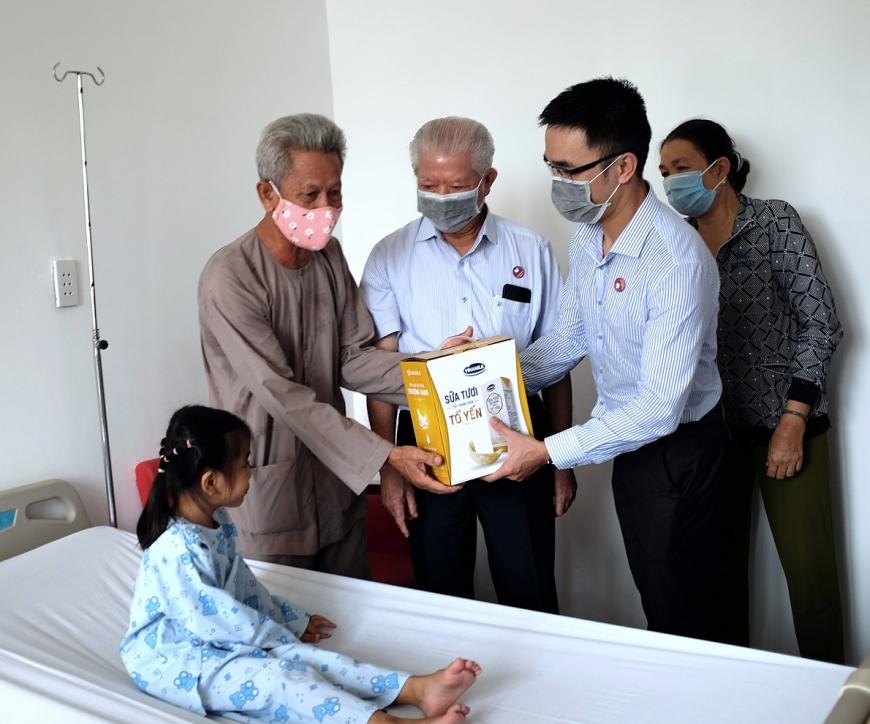 Vinamilk cùng Hội Bảo trợ Bệnh nhân nghèo TP.HCM đến thăm và tặng quà cho bé Bảo Trân tại Bệnh viện tim Tâm Đức