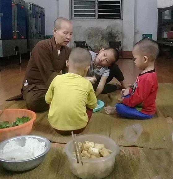 Những đứa trẻ được ni sư Diệu Nhẫn chăm sóc, dạy dỗ.