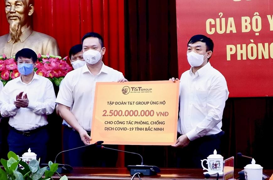 (Ảnh: Đại diện Tập đoàn T&T Group trao ủng hộ tỉnh Bắc Ninh 500 tấn gạo và 2,5 tỷ đồng).