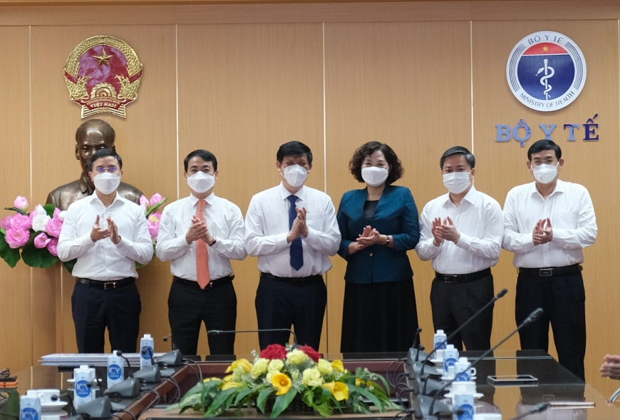 Bộ trưởng Bộ Y tế, Thống đốc NHNN chụp ảnh cùng đại diện 4 NHTM lớn