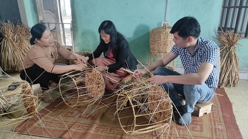 Các đại diện đến từ Vinamilk thử sức với việc đan bèo với sự hướng dẫn niềm nở của chị Thu.